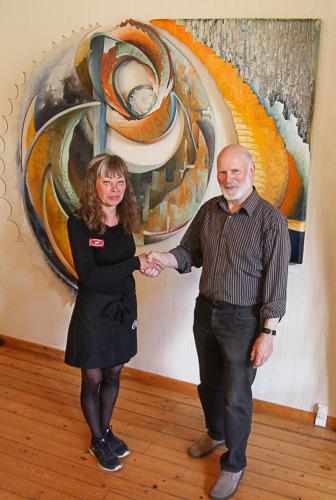 """Gitte Kleist og Hans-Walter Kreisel (som er Georg Harbaum kontakt person på Møn) er netop blevet færdig med at fin justere ophængningen af det kæmpe store værk """"As time goes by"""" i den store sal i Fanefjord Skovpavillon."""